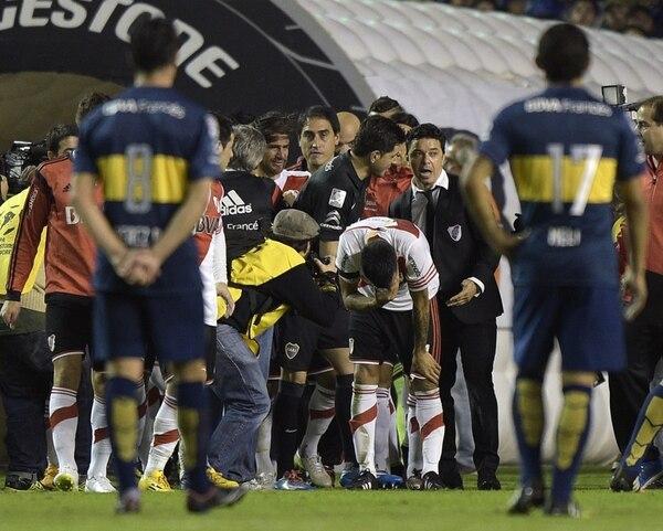 En la manga previo a salir a la cancha, los jugadores de River sufrieron con un gas que tiró algún aficionado de Boca Juniors.