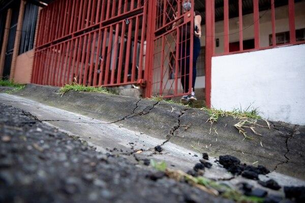 La multiplicación de grietas en el piso se intensificó el mes pasado y luego de las inspecciones se declararon inhabitables varias casas y otras están en terreno de riesgo moderado. Foto: Cortesía CNE.