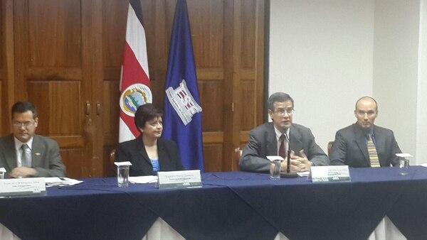 Los magistrados del TSE, Eugenia Zamora, Luis Antonio Sobrado y Max Esquivel, así como el director ejecutivo, Francisco Camacho, anunciaron efectos negativos en el Presupuesto del 2015, si se mantienen los recortes que aprobaron los diputados.