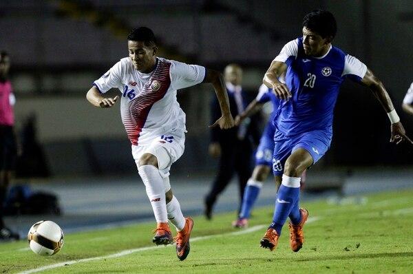 Gerson Torres lucha por una pelota con un jugador de Nicaragua en la última Copa Centroamericana. Foto: AP