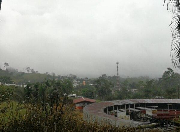 A las 4 p. m. de este sábado 1.° de setiembre, en el sector de Tres Equis de Turrialba, llovía de forma moderada. Ese cantón cartaginés sufrió en julio un fuerte embate por lluvias. Foto: Reiner Montero.