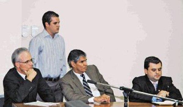 Juan Pablo Díaz (de pie) seguía ayer en libertad. Lo defendieron los abogados privados Juan Diego Acuña, Henry Vega y Alfonso Ruiz. | ARCHIVO