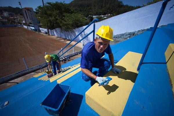 Un trabajador pule detalles en el estadio Leonardo Barbieri de Aguas de Lindoia, Brasil. Empleos como estos generará el Mundial.   EFE