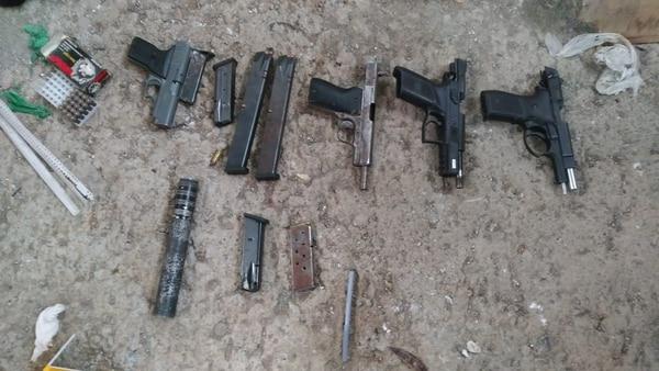 Cuatro armas de fuego fueron halladas por los oficiales. Foto: Facebook OIJ.