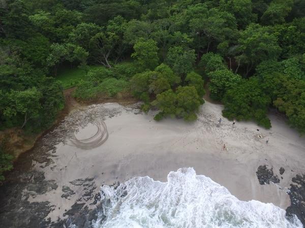 Playa Roble: Ubicada en Conchal, Guanacaste, es una playa de arena blanca y pocas olas. El color turquesa del agua resalta a causa de las enormes piedras que adornan el fondo del mar.