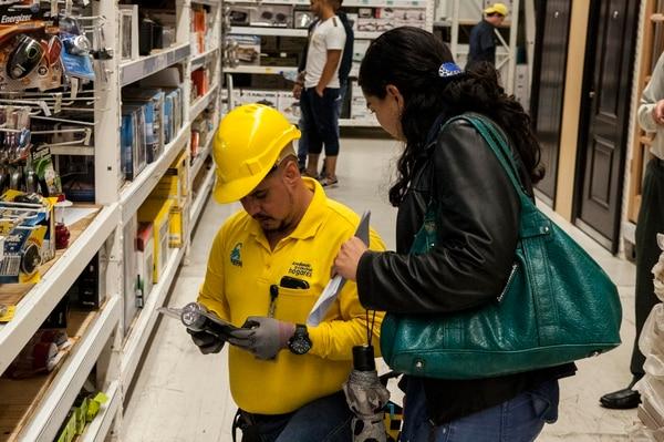 Los focos eran de los productos más buscados este miércoles en las ferreterías EPA.