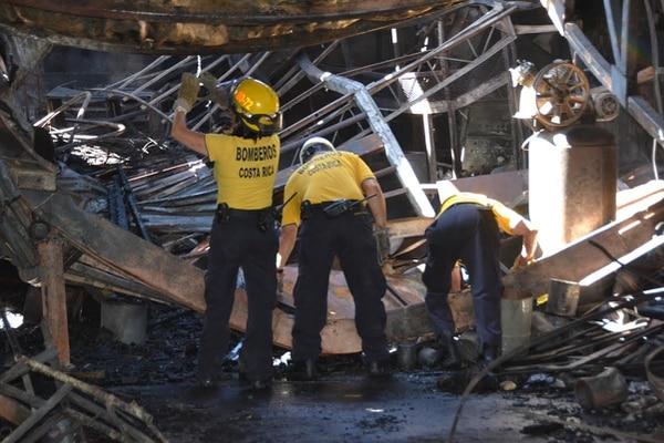 Personal de Ingeniería de Bomberos se trasladó al sitio para determinar qué fue lo que generó el fuego.