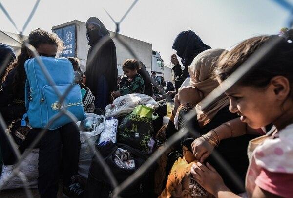 Desplazados iraquíes se alistaban para abordar un autobús que los llevaría a un campamento en Hammam al-Alil, en el sur d ela ciudad de Mosul, el 28 de agosto del 2019.