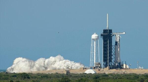 El cohete SpaceX Falcon 9 y la nave espacial Crew Dragon en la plataforma de lanzamiento, en el Centro Espacial Kennedy de la NASA, en Florida, el 22 de mayo del 2020. Foto: AP