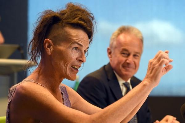 Norrie (izq.), quien no se identifica como hombre o mujer, habla a la prensa junto a su abogado Scott McDonald en Sídney, luego de que la Alta Corte reconoció un tercer sexo.   AFP