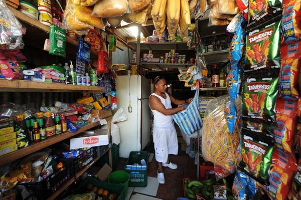 El comercio es la segunda actividad más importante a la que se dedican emprendedores (22%) y que en esta categoría la venta al por menor es el principal negocio, como esta pulpería de Enrique Espinoza ubicada en el Triángulo de la Solidaridad en Tibás. | JORGE CASTILLO/ARCHIVO