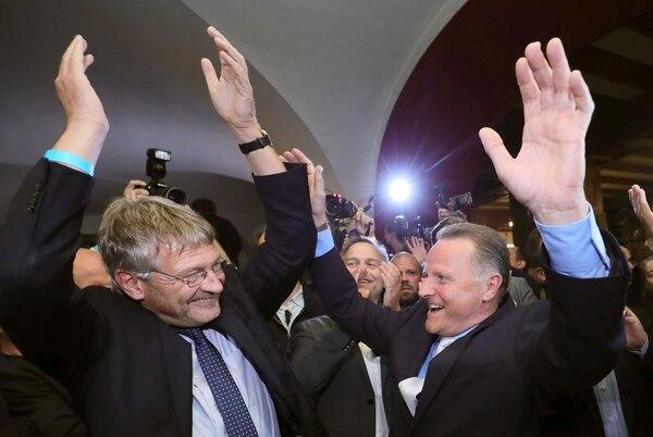 El líder del partido Alternativa para Alemania (AfD), Joerg Meuthen (izquierda) y Georg Pazderski, principal candidato por Berlín, clebraban el domingo los resultados que arrojaban las encuestas a boca de urna traas los comicios en la capital alemana.