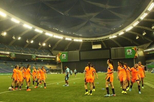 Antes del juego de hoy con Francia, la Sub-20 tica reconoció antenoche el Estadio Olímpico de Montreal, Canadá. Alberga a 32.792 personas, tiene cancha sintética, techo azul y es climatizado. | JOSELYN HERNÁNDEZ (FEDEFÚTBOL) PARA LN