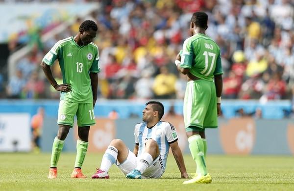 El volante argentino Sergio Agüero (sentado) salió lesionado el pasado miércoles en el juego ante Nigeria por una lesión muscular.   EFE