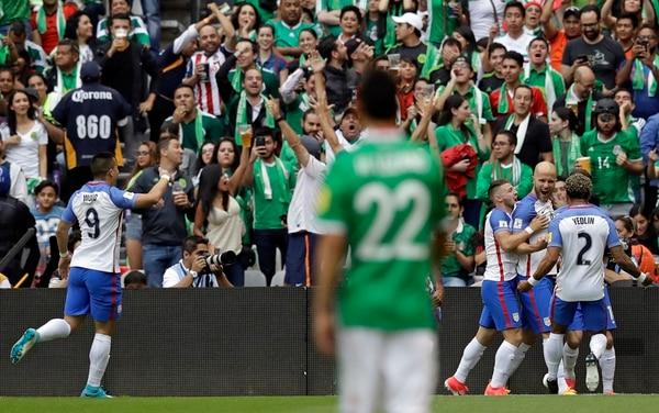 Michael Bradley celebra con sus compañeros la anotación de los Estados Unidos, ayer, en el Estadio Azteca ante la selección de México en el sexta fecha de la hexagonal de Concacaf. | AP