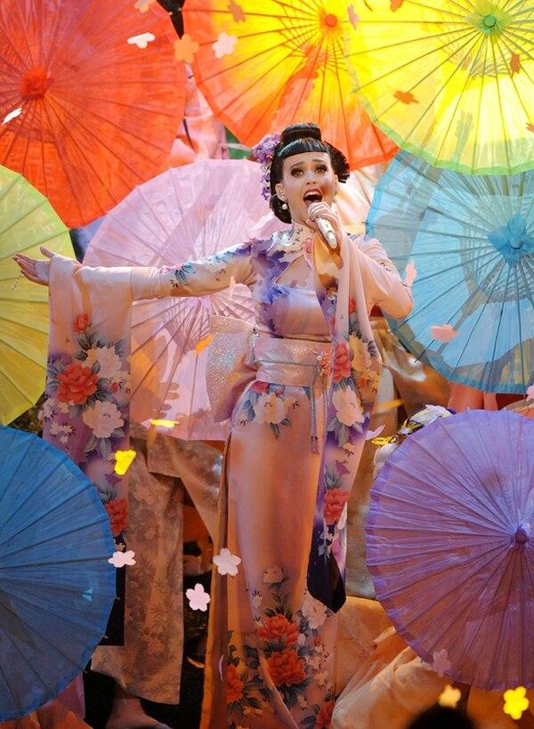 Colorida. La explosiva presentación de Katy Perry la mostró rodeada de coloridas sombrillas y vestimenta asiática, así como múltiples bailarinas. AP.