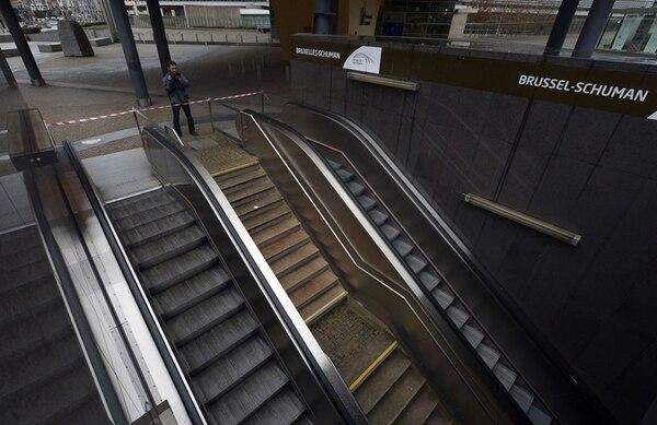 La estación del metro Shuman, en Bruselas, estaba el sábado completamente inactiva. | AFP