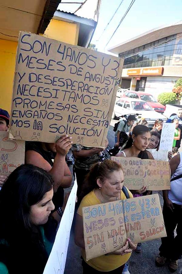 Manifestantes reclaman ayuda por terraplen que los afectó.