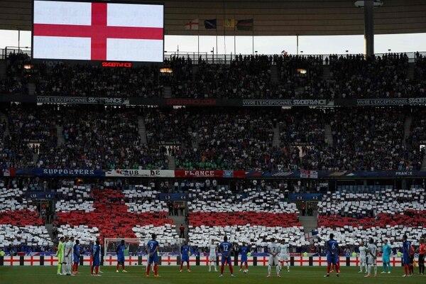 Previo al duelo entre Francia e Inglaterra se realizó un homenaje en el Stade de France, a las víctimas de los atentados de Londres y Mánchester.