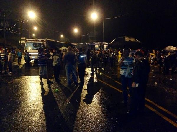 Tras 18 horas de protestas, la Fuerza Pública disolvió el bloqueo de los agricultores en Pérez Zeledón.