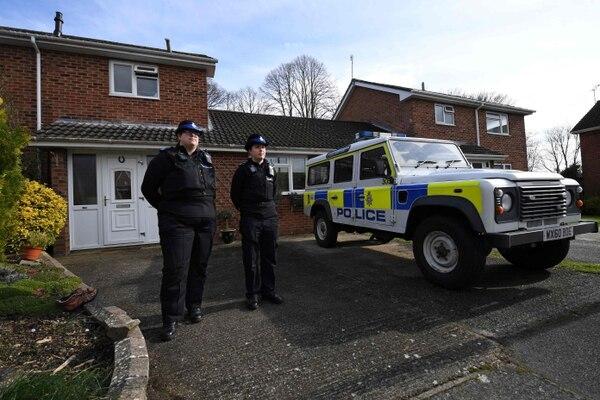 Oficiales de la Policía de Apoyo Comunitario permanecían fuera de una residencia en Salisbury, sur de Inglaterra, este martes 6 de marzo del 2018.