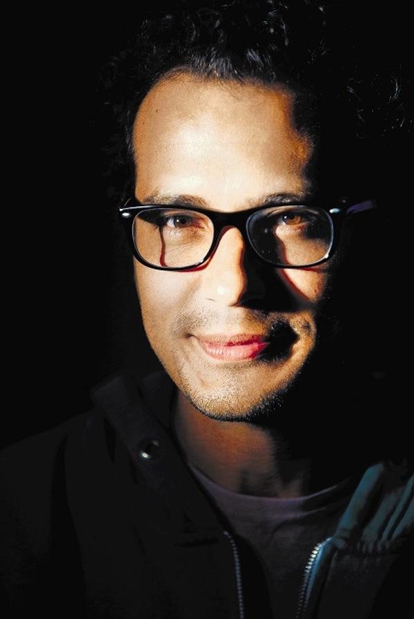 Hernán Jiménez, totalmente adictivo. El talento nacional de este hermoso cafetal con luces siempre ha de celebrarse, y justo cuando los que celebramos somos los meri-ticos –a pesar de nuestra idiosincrasia de serruchapisos–, pues es porque el dueño de ese talento es un gatazo, como decimos aquí, está solo. Es lo que ocurre con el cineasta y actor Hernán Jiménez, quien para decirlo con todas sus letras, ha cosechado un impresionante aplauso y apoyo colectivo con el monólogo 'Vamos por partes', que estrenó en mayo a lleno total durante todas sus presentaciones, y que repite desde el 5 hasta el 8 de octubre en el Auditorio Nacional.