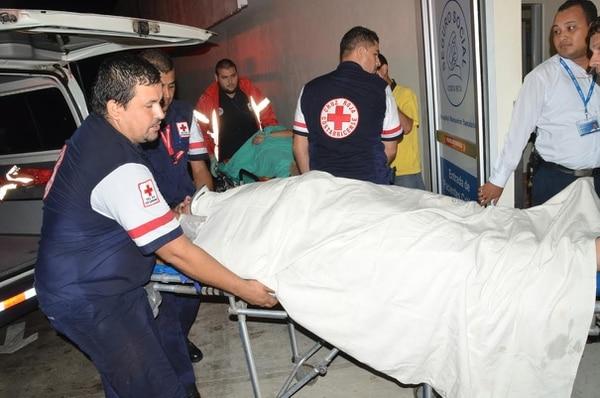 Los cruzrojistas trasladaron en varias ambulancias a los heridos hasta el Hospital Monseñor Sanabria, Puntarenas.