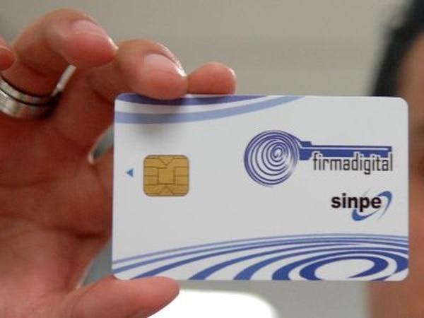 Así luce una tarjeta de firma digital.   ARCHIVO.