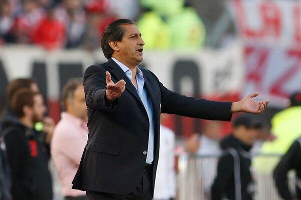 El técnico de River Plate, Ramón Díaz, dirige a sus pupilos en la final del fútbol argentino.