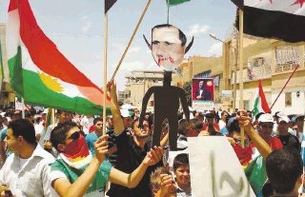 Manifestantes kurdos sirios protestaron contra el régimen de al-Asad y mostraron su bandera nacional en la ciudad de Amuda, en el noreste. | AP