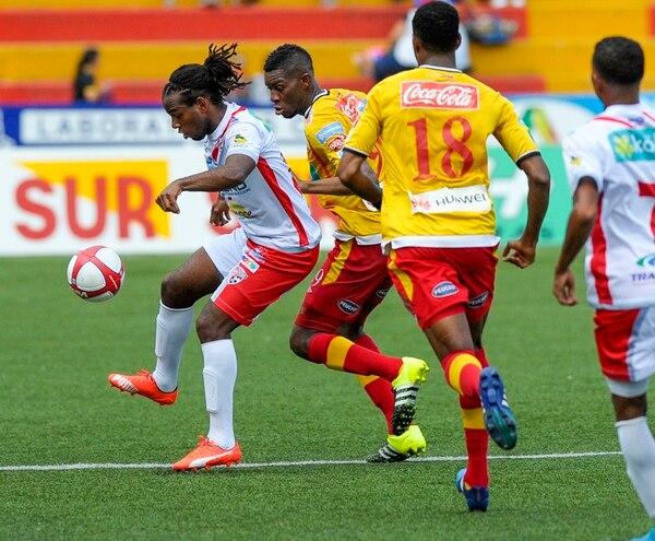 Víctor Núñez domina el balón ante la marca de Keyner Brown.