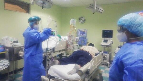 La llamada puerta 11 (P11) es el lugar donde en el Hospital México se atiende a quienes llegan con síntomas respiratorios. Según su condición, se les clasifica como blanco, verde, rojo y azul. Más que una puerta, es un área que incluye, como se ve en la imagen, salones de atención y hasta sala de 'shock'. Foto: Cortesía Hospital México