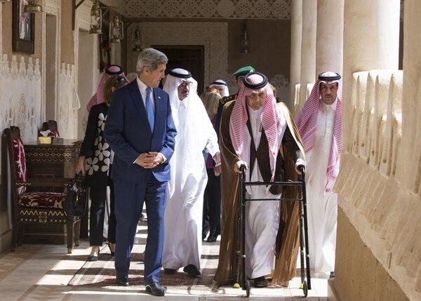El secretario de Estado estadounidense, John Kerry (izq) camina con los representantes de Arabia Saudí.
