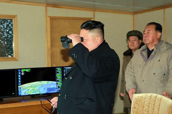 El gobernante norcoreano, Kim Jong-un, observó en febrero el lanzamiento de un misil de alcance intermedio Pukguksong-2.