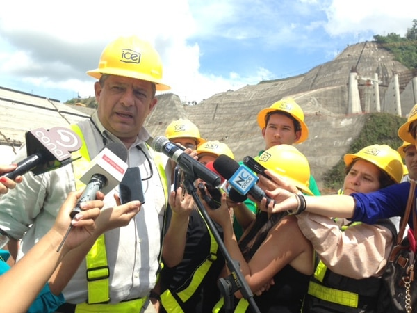 El presidente Luis Guillermo Solís habló sobre la huelga en Limón durante una visita al proyecto hidroeléctrico Reventazón, en Siquirres.