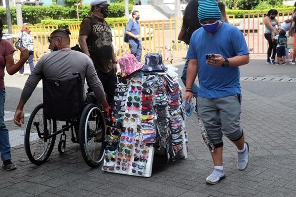 Para el cierre del primer trimestre de este año, la cantidad de trabajadores del comercio llegaba a 335.000, por debajo del nivel anterior a la pandemia. Gran parte de ellos, además, laboran en el sector informal. Foto: Alonso Tenorio