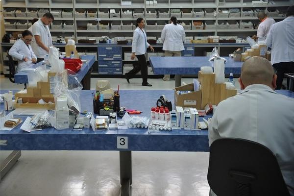 Funcionarios del Hospital México laborando en el área de despacho de medicinas de la farmacia. Las medicinas son un ejemplo de las compras que realiza el sector público al privado. | ALBERT MARÍN/Archivo