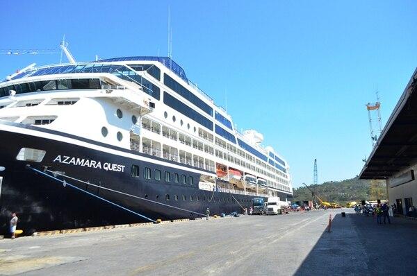 "El crucero Azamara Quest fue el primero es zarpar ayer de puerto Caldera, en Puntarenas, para realizar la nueva ""Ruta Mesoamericana"".   ANDRÉS GARITA"