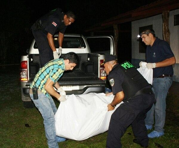 Oficiales de la Fuerza Pública de Guácimo ayudaron, a eso de las 2 a. m., en el traslado del cuerpo del agricultor Alexis Ocampo hacia la Morgue Judicial, para la autopsia correspondiente   REINER MONTERO GNN.