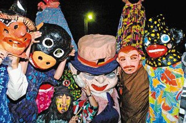 31/10/2006. Hoy a partir de las 6 p.m., se dio el Pasacalles del Encuentro Nacional de La Mascarada en la ciudad de Cartago, en el cual participaron grupos de varias partes del país, hubo mucha mascarada, bailes tipicos y pasacalles con zancos. Foto de Jorge Castillo. 6pm. (izq a der) Grupo del Liceo de Paraiso. Mascaradas, máscaras.