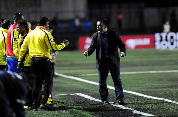 El técnico de Uruguay, Martín Cardetti, festeja uno de los goles ante Alajuelense.