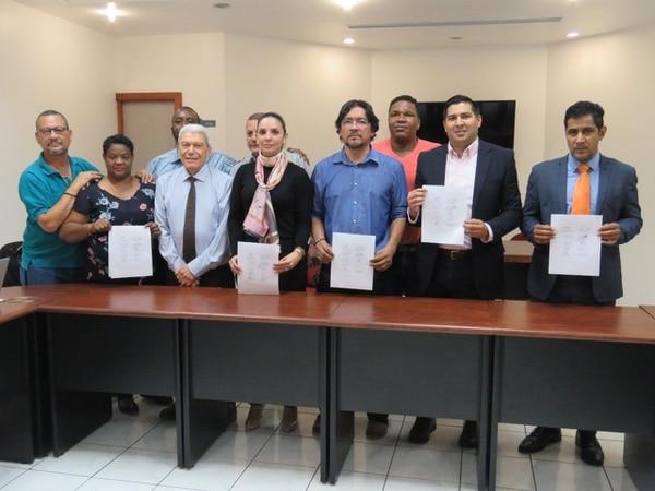 Representantes sindicales de Japdeva, la presidenta ejecutiva de la entidad, Andrea Centeno, y del Ministerio de Trabajo firmaron el acuerdo el pasado viernes. Fotografía: Presidencia
