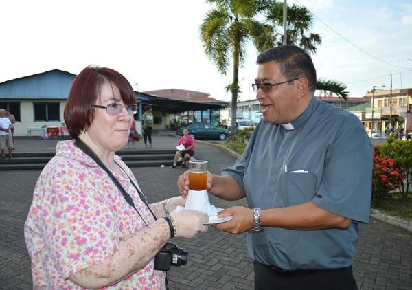 Vicky Araya recibió al obispo con la bebida típica del Caribe, preparada en agua con Limón, jengibre y miel.