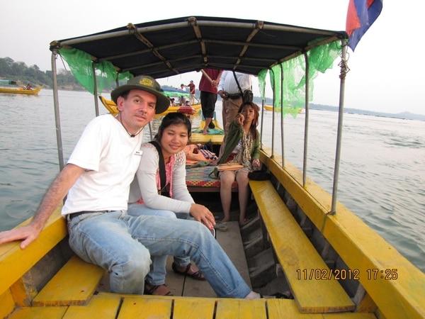Joaquín García Sánchez se casó con Vannak, quien es de Camboya, en mayo del 2010. Aquí en un paseo por ese país.