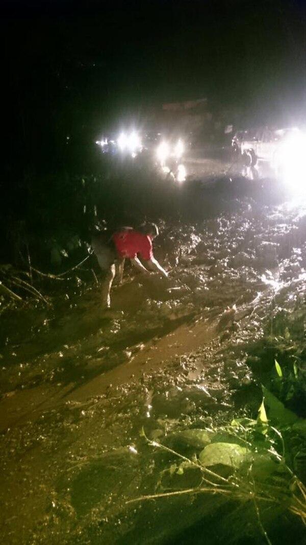 Derrumbe provocó el cierre de la carretera que une Pérez Zeledón y Dominical de Osa.