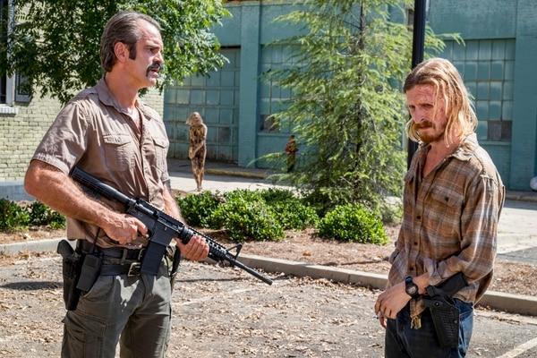 Steven Ogg como Simon y Austin Amelio como Dwight, compartieron créditos en la serie 'The Walking Dead'. Foto: Gene Page/AMC