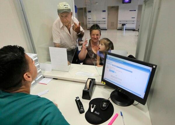 El auxiliar de Farmacia José Daniel López atiende a Víctor Núñez González, de 70 años, a Sonia Espinoza Varela y a su hija Fiorella GarcÍa. Todos son vecinos de Barva, en Heredia. Este Ebáis es administrado por Coopesiba y solo tiene instalado el módulo de Farmacia del EDUS.