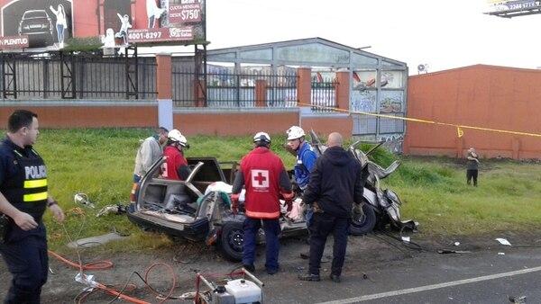 Los Bomberos y cruzrojistas tuvieron que usar equipo hidráulico para extraer los cuerpos y liberar al paciente que sobrevivió. Foto: Cortesía Bomberos.