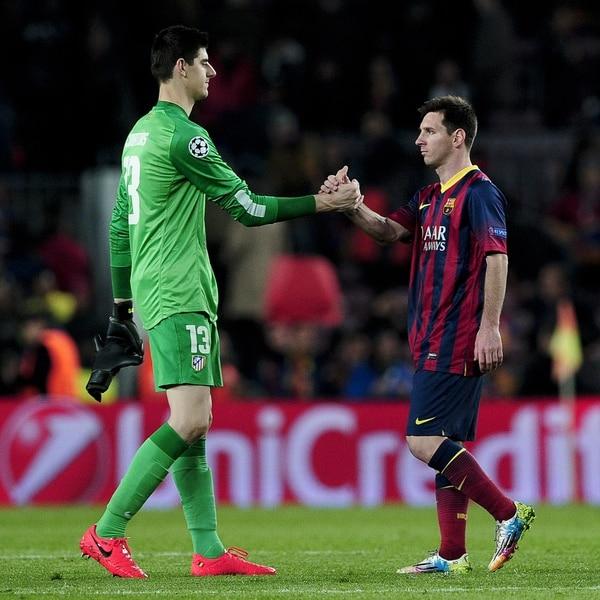 El portero belga del Atlético de Madrid, Thibaut Courtois, se saluda con el delantero argentino del Barcelona, Lionel Messi,