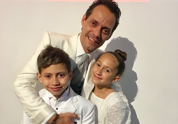 Marc Anthony junto a sus hijos mellizos Emme y Max de 12 años. La fotografía fue parte de la instantáneas que compartió JLo en redes sociales para celebrar el día del padre a su exesposo. Fotografía: Twitter.